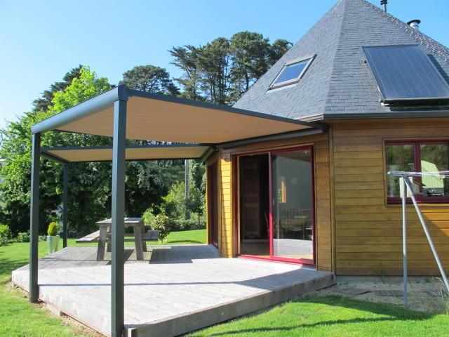 pergola alize sur pieds une pergola avec coffre de protection solaire retractable. Black Bedroom Furniture Sets. Home Design Ideas